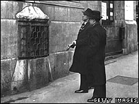 London Stone in church wall before the Blitz (from BBC below)